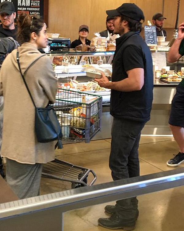 .  26.03.2017 |  Nikki et Ian dans une épicerie avec leur ami Chad Michael Murray, à Los Angeles. C'est toujours ensemble que le couple a été aperçu par une fan dans une épicerie certainement à Los Angeles. Comme toujours, Nikki est dans une tenue simple comme tout et avec un sac de sa collection. Apparemment, tout le monde a l'air d'avoir reconnu le trio, ça doit être gênant mais à la fois, ils sont habitués. .