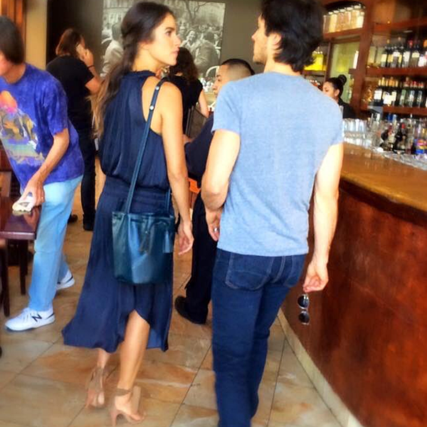 .  11.03.2017 |  Nikki et Ian ont été vu à un restaurant à Los Angeles. C'est dans une très jolie robe que Nikki a été aperçu par un(e) fan avec son mari dans les rues de Los Angeles. Je ne pense pas que les amoureux étaient là pour un repas en soit mais plus pour un café ou un moment détente. Quoi qu'il en soit, j'aime beaucoup sa robe et ses chaussures. Et vous ? :) .