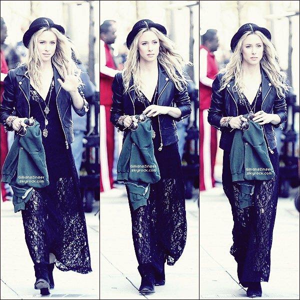 . 01/03/12 : Gillian - de bonne humeur - aperçue sur le tournage de 90210 à Venice Je n'aime pas la robe mais les accessoires : lunettes, bagues,.. sont beaux ainsi que le manteau en cuir. Bof pour Gillian. .