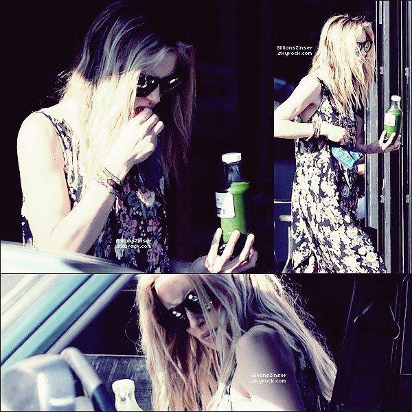 .  11/03/12 : Gillian a été vue avec une boisson verte dans Venice en Californie   Je n'aime pas du tout la robe, les fleurs c'est pas mon truc. Je préfère voir Gilliian porter des couleurs donc c'est un flop. .