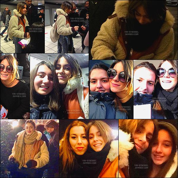. 10.02.2015: A l'aéroport, Tini Stoessel a signé quelques autographes à des fans présents - àLyon en France ! La belle a été aperçue par des fans en compagnie de sa famille. Puis, Martina ainsi que des membres du cast ont été vus au journal de 20h - sur TF1 .