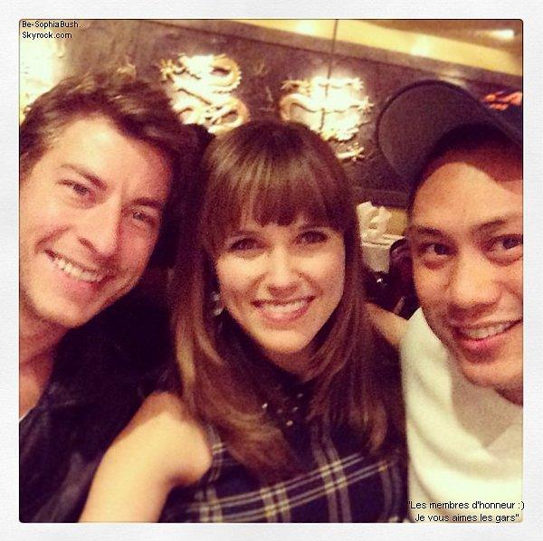 07/04 : Sophia en compagnie de Dan Fredinburg et de Jon M Chu hier soir lors d'un dîner. Sophia est rayonnante !