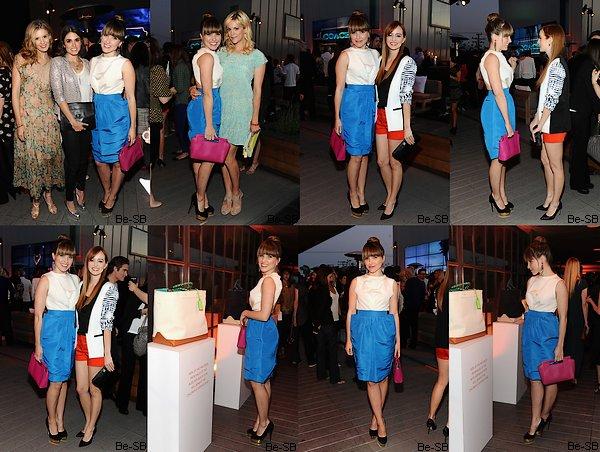 10/04 : Différentes photos de Sophia faisant du shopping avec ses amis proches. Toujours avec son petit chignon, on aperçoit la belle le sourire aux lèvres aux côtés de ses amis :)