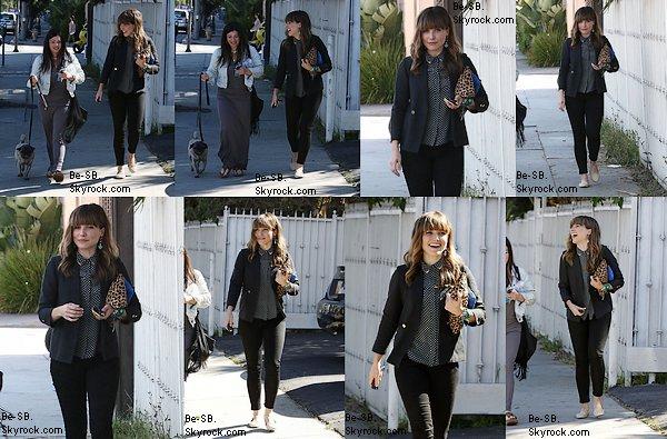 CANDIDS : 11/04 : Sophia s'est rendue au salon de manucure-pédicure en compagnie de son amie Nola Singer. Là-voilà tout sourire! Elle est époustouflante :) TOP, BOF, FLOP ?