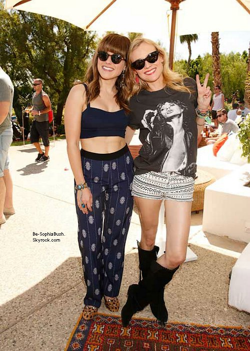 CANDIDS : 15/04 : 4 autres photos de Sophia et Dan Fredinburg lors du festival Coachella. Que penses-tu de leur tenue à tous les deux ? Pas de sourires ni rien, ils ont l'air fatigués...