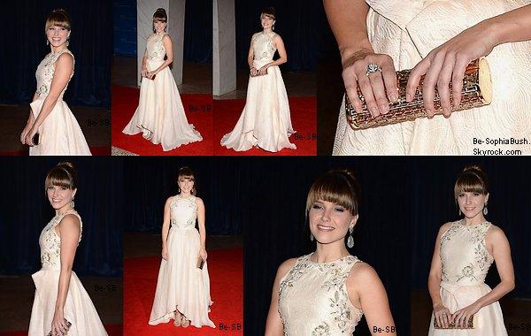 DIVERS : 22/04 :  Nouvelle photo postée par Sophia à l'occasion du mariage de son amie Reese Lasher. Sophia est de loin la plus belle sur la photo !