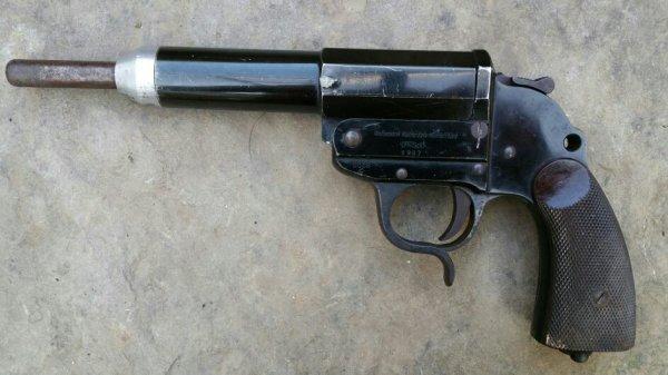 Pistolet lance fusée Allemand modifié par qui et pour quoi ? ?