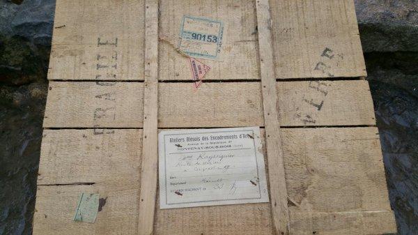 Un cadre de décoration dans son emballage de livraison de 1929.