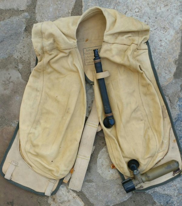 """Gilet de sauvetage 10-30 B-2 pilote Allemand.  Gilet de sauvetage """"Schwimmvest"""",modèle 10-30 B-2, en toile de coton de couleur jaune, fabriqué à partir de 1941 pour les pilotes de chasse de la LW.  Le marquage """"bwz"""" correspondant au fabricant """"Auer AG"""" don l'usine était implanté à Oranienburg en Allemagne. Malheureusement les sangles ont été coupées."""