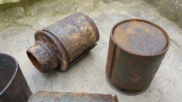 Chemise de renfort et pot de grenade à manche. ( pièces de fouille )