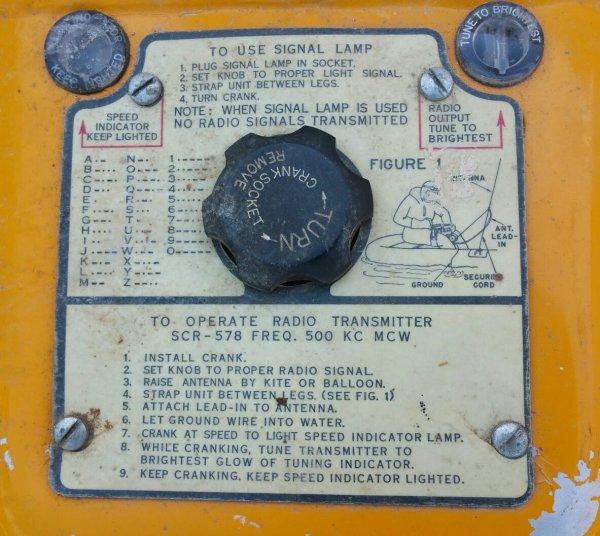 """La Gibson Girl, produit pour l'aviation Américaine pendant la seconde guerre est un dispositif de communication d'urgence de sauvetage en cas d'amerrissage . La conception a été basée sur le Notsender N82 Allemand, un exemple de ce qui à été capturé par les Britanniques dans la Manche en 1941. Cet ensemble formé la base de l' émetteur de type 33 ( UK ), réalisée sur RAF bombardiers et des avions de reconnaissance.  Le Gibson Girl était supérieur dans la conception des modèles Allemand et R. U . Le nom """"Gibson Girl """" fait référence à la forme de l'unité, qui ressenblait à la ceinture dessiné par le créateur de mode Charles Dana Gibson dans les années 1890.( don de Laurent Tixier )"""
