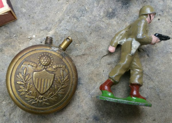 2 bouchons de grenade à manche, une boîte d'allumettes Allemande, un briquet US et un petit soldat  ( sortie de vide grenier ).