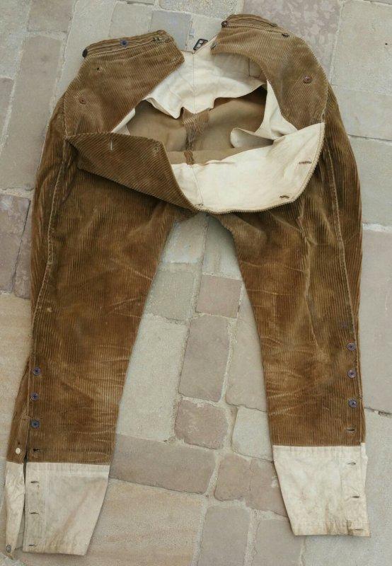 Ensemble WW1 : Pantalon, 2 pipes, boîte de cigarette, crucifix, un jouet artisanal  ( boîte de conserve + étui ) et portrait. ( sortie de vide grenier )