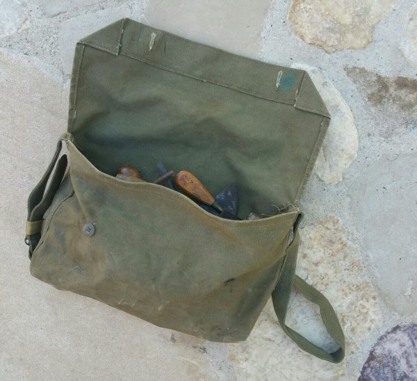 Petit matériel appartenant à un maréchal-ferrant ou bourrelier WW2. ( don d'un ami )