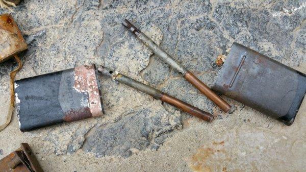 Matériels de sabotage. Tube à amorce, allumeur à décompression GB. Exploseur, boîte de crayons allumeurs à retard chimique US .