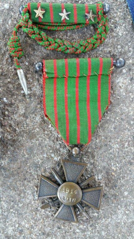 Petite boîte de cachet, croix de guerre 14 / 18 avec sa barrette et la croix Roumaine (Don d'un ami ).
