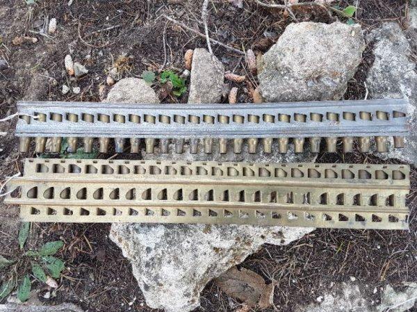 Obus de 75 et 2 bandes de mitrailleuse celle du haut pour la Hotchkiss et celle du bas la St Étienne qui est datée 15 ( sur la 1er photo )