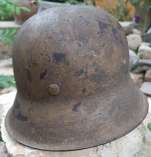 Casque mle 42 peinture granuleux brun ( AK ). On distingue l'insigne WH en dessous de la peinture,  complé et jamais démonté.