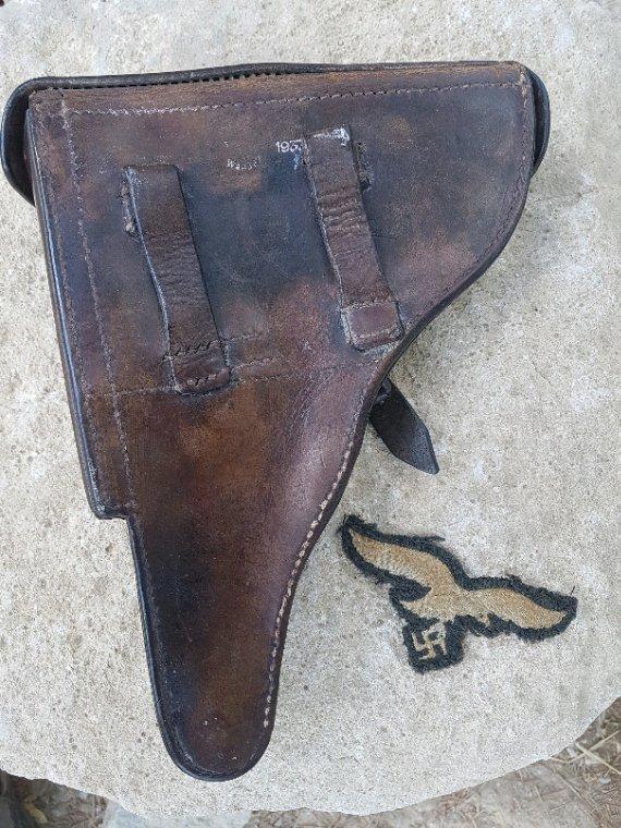 Étui P08 datée 1937 + aigle de poitrine LW.