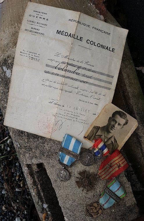 Mon ami Christian Colombo ma confié photo,  médailles et papier de la médaille colonial de son père ayant participé à la 2ème guerre,  Indochine et Algérie. Malheureusement manque beaucoup de médailles qui ont disparu.