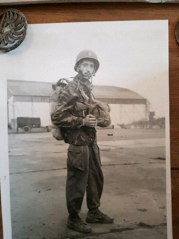 Un grand merci à Mr DEBEZ André pour me donner ce qui représente beaucoup pour un parachutistes son brevet papier et plaque à vélo, attestation et souvenirs de sa jeunesse.