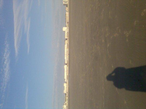 p'tite marche avant de ce baigner...en blanc dans le fond de la photo c'est des batiments,plage de berk