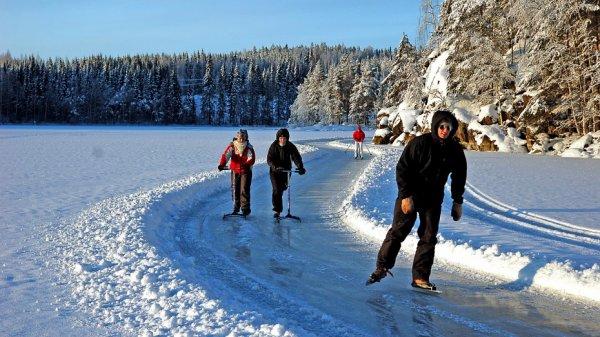 Avec joie, en famille, nous faisons du patin à glace