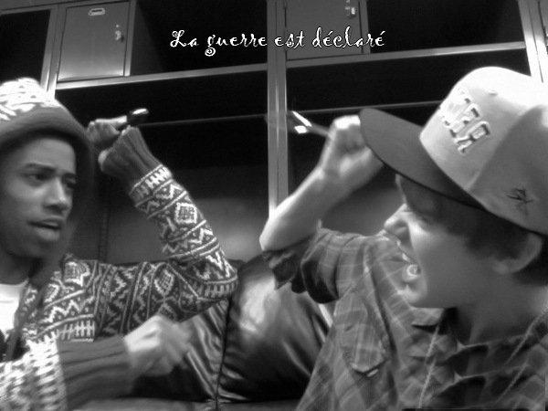 Justin s'amuse avec sa petite cuillère en plastique