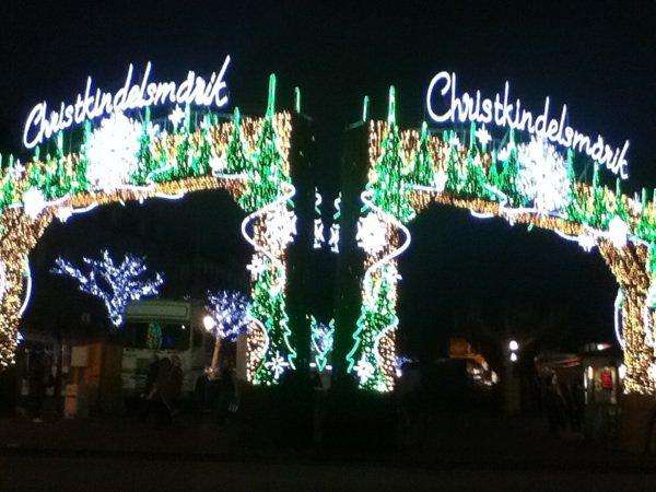Le marcher de Noël de Strasbourg ferme c'est portés ( l'un des plus beau marcher de noël de France .)
