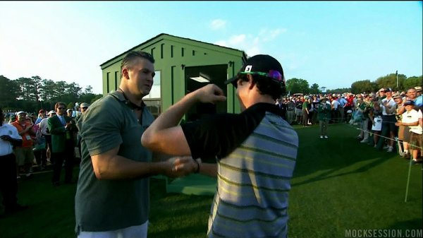 "Shane McMahon encourage Rory McIlroy, golfeur au tournoi ""The Masters""."