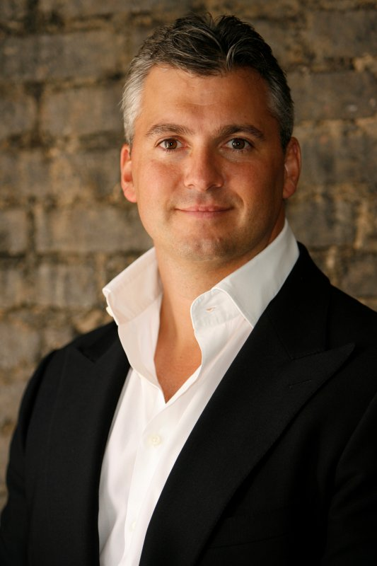 Shane McMahon signe un contrat entre You On Demand et Warner Bros.
