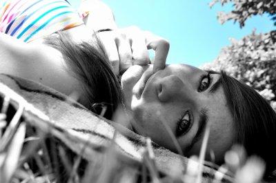 Couchée dans l'herbe, je rêve a mon futur, en essayant d'oublier le passé.