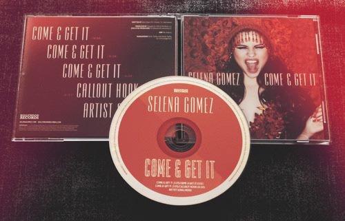 regarder le premier look du cds de selena gomez!!