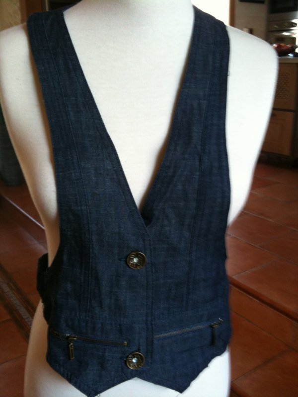 Petite veste  jeans  très travaillé à prix sympas  8,50 ¤ taille L