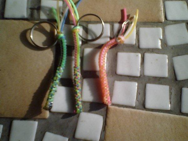 premier porte clef scoubidous 4 couleurs!