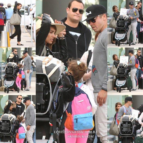 04/01/14 Jessica et sa famille ont été repérés quittant l'aéroport LAX après le retour de leurs vacances à Cabo sur 4 Janvier