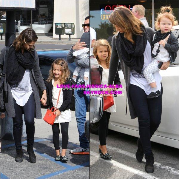 Jessica et Cash ont été vus retirer leurs filles pour le petit déjeuner à Cici Café avant de magasiner chez Target à Woodland Hills sur 22 Février .