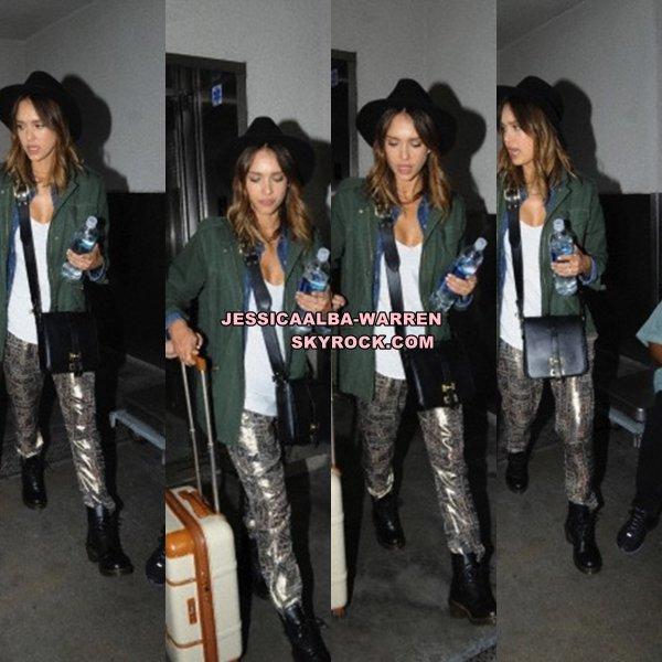 12 Juin - Jessica Alba arrive à l'aéroport de LAX à Los Angeles
