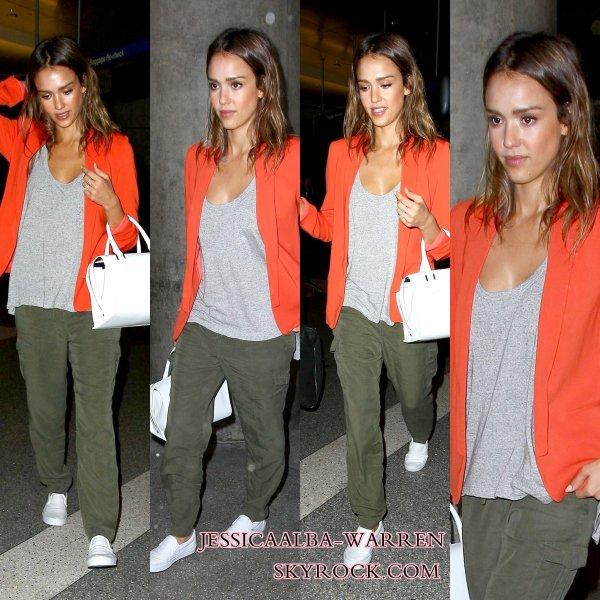 Jessica quitte  la maison de Istanbul, en  Turquie et a été repéré arrivant à l'aéroport de LAX à Los Angeles hier .