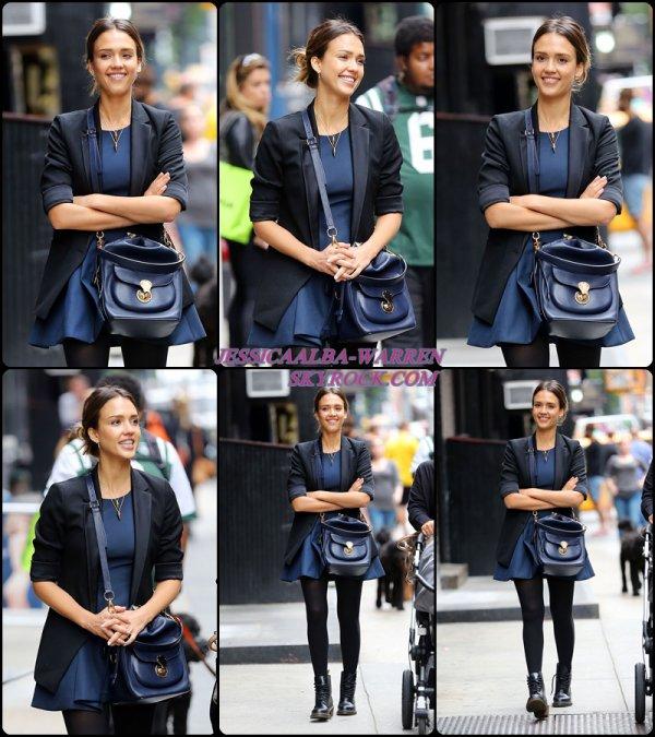 30.09.14 : Jessica a été photographiée alors qu'elle faisait du shopping avec une amie, dans les rues de - NYC.