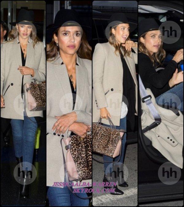 01.10.14 : Jess' Alba a été photographiée alors qu'elle arrivait au JFK Airport situé dans la ville de - New-York.