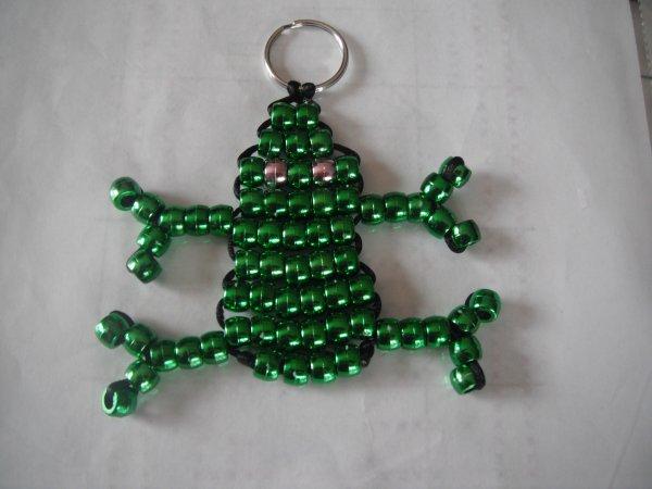 voici un porte clé en perle grenouille.