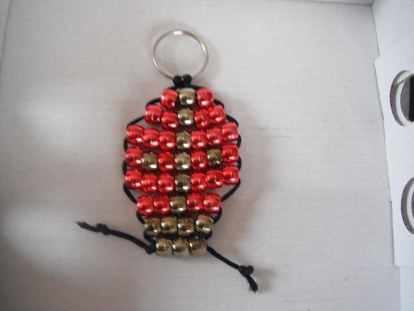 voici un porte clé en perle coccinelle.
