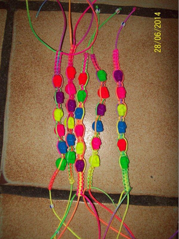 des bracelets avec des têtes de mort.