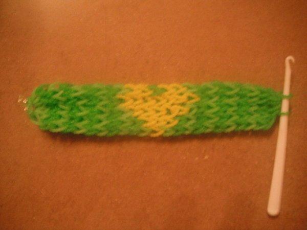 bracelet élastique avec un c½ur jaune dessus.