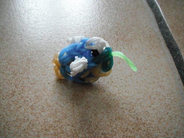 un petit poisson en élastique.