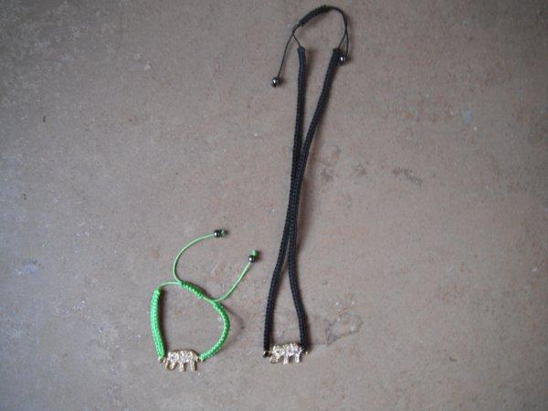 des colliers éléphant et un bracelet vert.