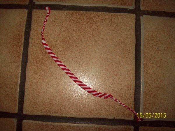 un nouveau bracelet brésilien rouge et blanc.