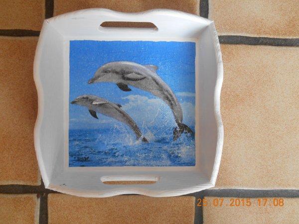 une petite corbeille en serviettage avec un dauphin dessus.