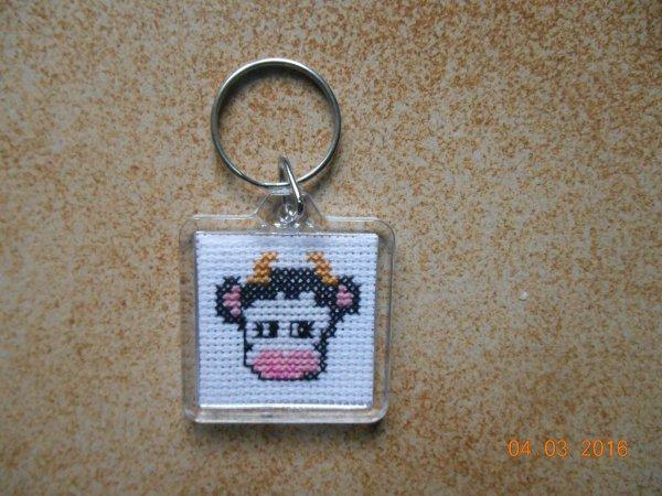 porte clé avec une vache et un tracteur pour une commande.